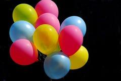 Ballons colorés sur le noir Images libres de droits