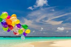 Ballons colorés volant dans le vent Photos libres de droits
