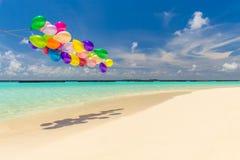 Ballons colorés volant dans le vent Images stock