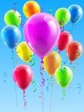 Ballons colorés volant loin dans le ciel Image stock