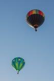 Ballons colorés volant par le ciel bleu L'Utah, USA Images libres de droits