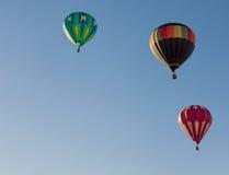 Ballons colorés volant par le ciel bleu L'Utah, USA Image stock