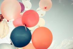 Ballons colorés volant sur le ciel Photographie stock