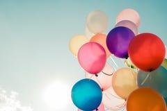 Ballons colorés volant sur le ciel Images stock