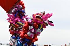 Ballons color?s Fond de ciel Fond dr?le images stock