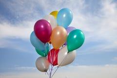 Ballons coloridos em um céu azul Imagem de Stock
