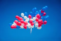 Ballons contre le ciel bleu ? l'?cole d'obtention du dipl?me photos stock