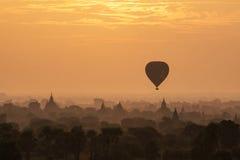 Ballons d'air chaud au-dessus des pagodas dans le lever de soleil chez Bagan Photo stock