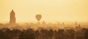 Ballons d'air chaud au-dessus des pagodas dans le lever de soleil chez Bagan Image libre de droits