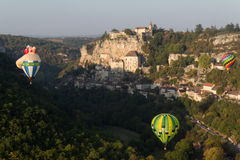 Ballons d'air chaud d'arbre au-dessus de Rocamadour Photo stock