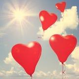 Ballons d'amour sur le ciel bleu. Photographie stock