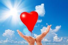 Ballons d'amour sur le ciel bleu. Photographie stock libre de droits