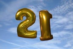 Ballons d'anniversaire remplis par hélium d'or 21èmes Photos stock