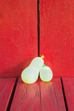 Ballons d'eau sur le bois rouge Photographie stock