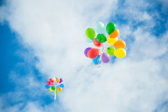 Ballons dans le ciel Images stock