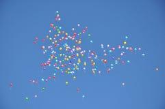 Ballons in de blauwe hemel. Stock Afbeeldingen