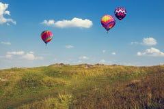 Ballons in de blauwe hemel Royalty-vrije Stock Afbeeldingen