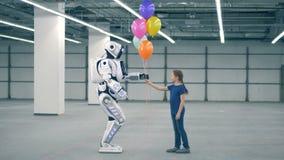 Ballons de cadeaux de petite fille à un robot, vue de côté Enfant d'école, éducation, concept de classe de la science banque de vidéos