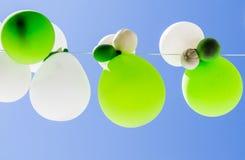 Ballons de couleur en air entre les arbres Photo libre de droits