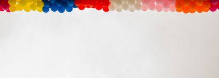Ballons de couleur sur le toit du bâtiment Image stock