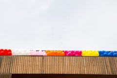 Ballons de couleur sur le toit du bâtiment Photographie stock