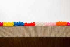Ballons de couleur sur le toit du bâtiment Images stock