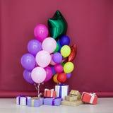 Ballons de différentes couleurs avec des cadeaux pour l'anniversaire Images libres de droits