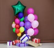 Ballons de différentes couleurs avec des cadeaux pour les vacances Image stock
