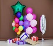 Ballons de différentes couleurs avec des cadeaux pour les vacances Images libres de droits
