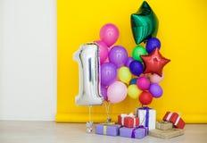 Ballons de différentes couleurs avec des cadeaux pour les vacances Images stock