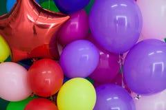 Ballons de différentes couleurs avec des cadeaux pour les vacances Photo stock