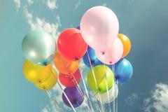 Ballons de fête colorés au-dessus de ciel bleu images stock