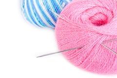 Ballons de filé avec des pointeaux de tricotage Photographie stock libre de droits