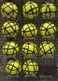 Ballons de football à vendre Photographie stock