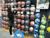 Ballons de football de choix chinois asiatiques, ballsarea du football dans le magasin de décathlon Images libres de droits