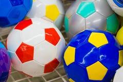 Ballons de football colorés dans le supermarché Photographie stock