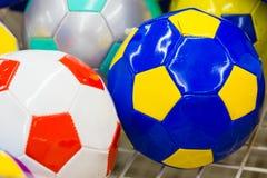 Ballons de football colorés dans le supermarché Image libre de droits