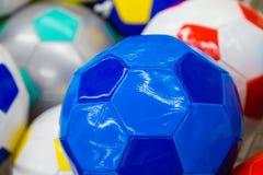 Ballons de football colorés dans le supermarché Photos libres de droits