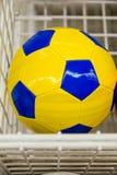 Ballons de football colorés dans le supermarché Photos stock