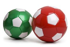 Ballons de football rouges et verts d'isolement sur le fond blanc Image stock