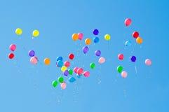 Ballons in de hemel Stock Foto's