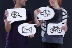 Ballons de la parole avec les icônes communes Photographie stock libre de droits