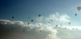 Ballons in de mist Stock Fotografie