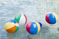 Ballons de plage dans la piscine Photographie stock libre de droits