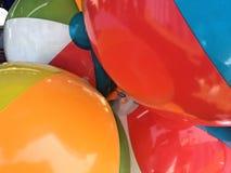 Ballons de plage encombrés ensemble images stock