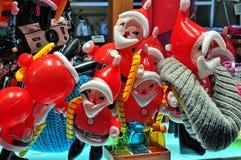 Ballons de Santa Claus dans la fenêtre de magasin Photographie stock