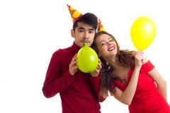Ballons de soufflement de jeunes couples Images libres de droits