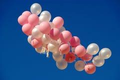 Ballons de vol contre le ciel bleu images libres de droits