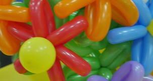 Ballons in de vorm van een bloem worden gevormd die Mooie kunstbloem die met ballons wordt gemaakt stock videobeelden