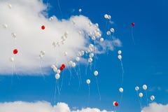 Ballons die aan de hemel vliegen Royalty-vrije Stock Foto's
